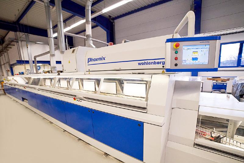 Inbetriebnahme des neuen Klebebinders Phönix von Wohlenberg mit Tennsäge für Doppelnutzen-Produktion