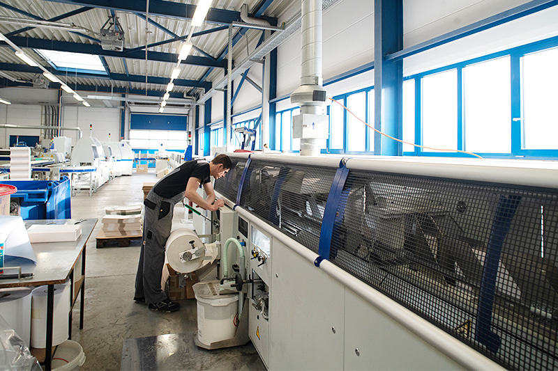 Inbetriebnahme neuer Maschinen: Kolbus Ableimstrecke FM + RF 700 sowie Dreischneider DH 143 und Zeichenbandeinlegemaschine LE600