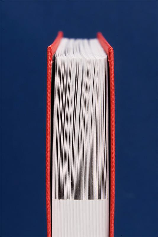 Bedruckter Leinenband mit zurückgeschnittenen Inhaltsseiten